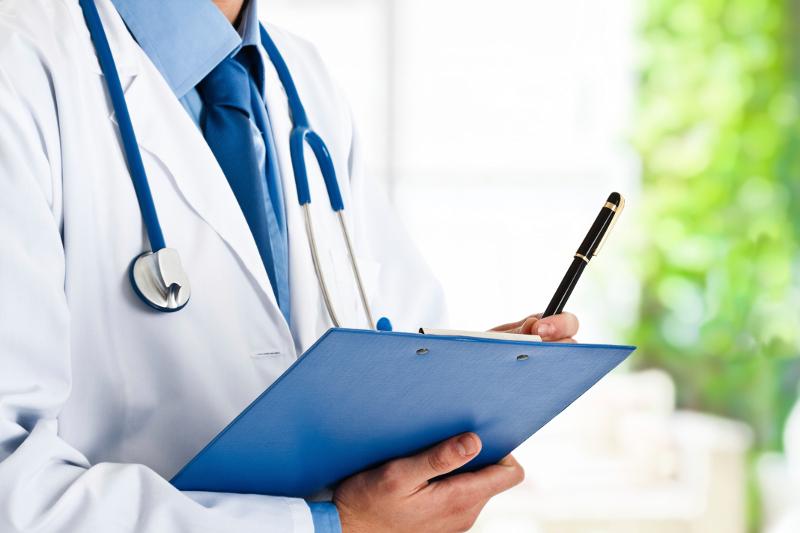 lekarz uzupełniający dokumenty, stetoskop