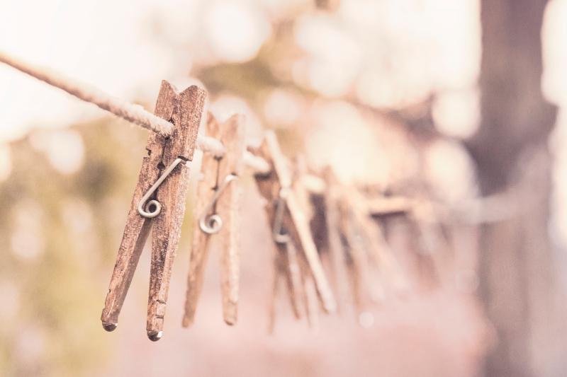 pranie, spinacze na sznurku