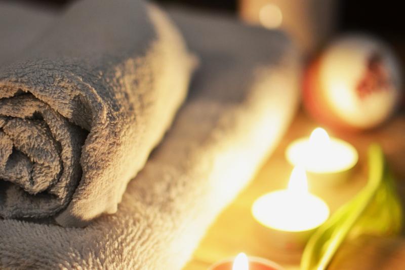 miękkie ręczniki, kąpiel przy świecach