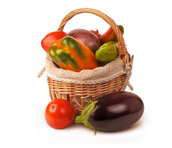 kosz pełen warzyw i owoców